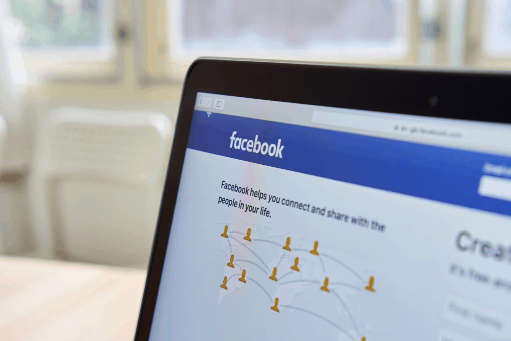 Imagem com o Facebook aberto num computador.